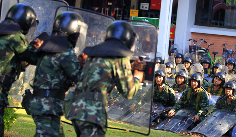 Thousands of protesters try to paralyze Thai government