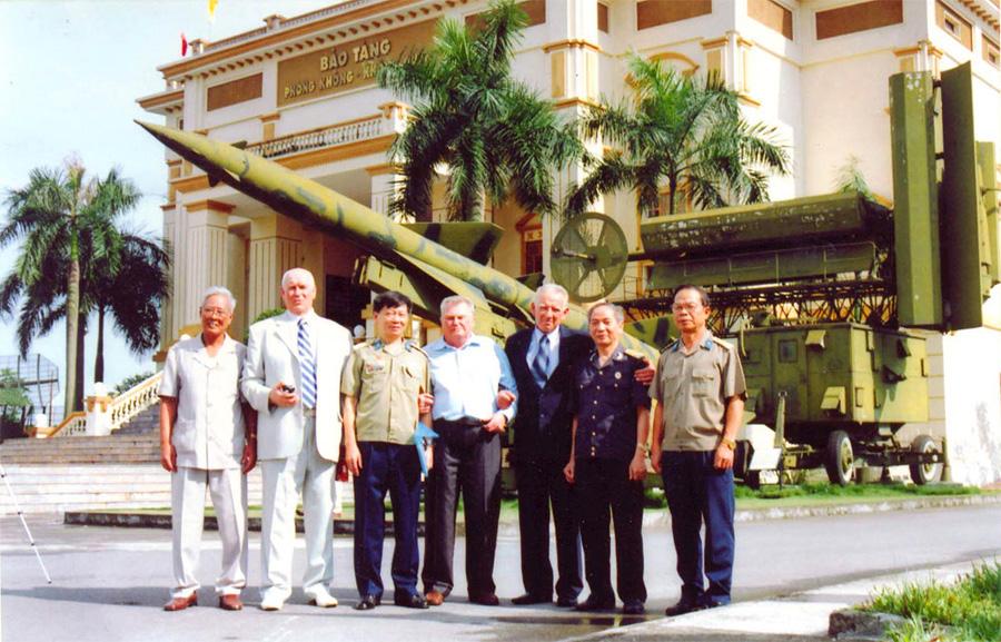 Встреча_ветеранов_Вьетнамской_войны_через_42_года._Ханой,_Музей_ПВО_и_ВВС_Вьетнама._Май_2009_г