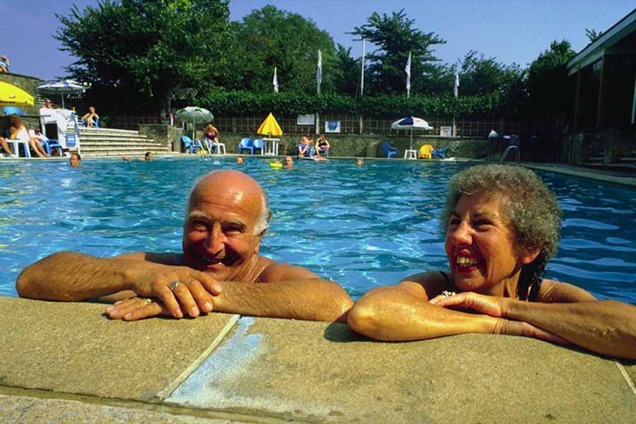 пенсионеры в бассейне