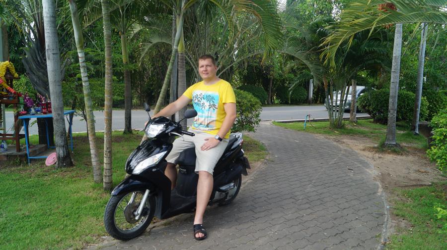 ya-na-mototsikle-v-parke